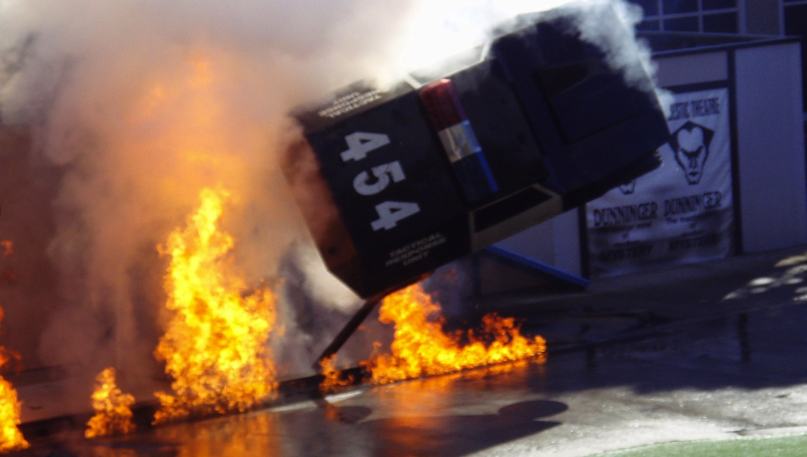 Stunt_Show_explosion_and_car_flip
