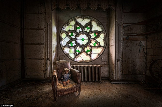 Niki Feijen - UrBex - Abandoned Buildings - Stain Glas and Doll - Chateau Clochard 15th Century church
