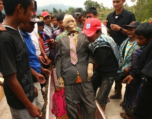 Ma'nene - Indonesia - Zombie - Dress up Dead - Old man in suit 3