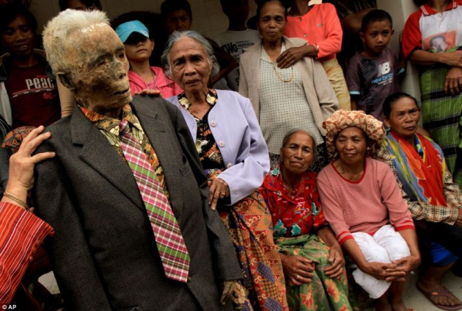Ma'nene - Indonesia - Zombie - Dress up Dead - Old man in suit