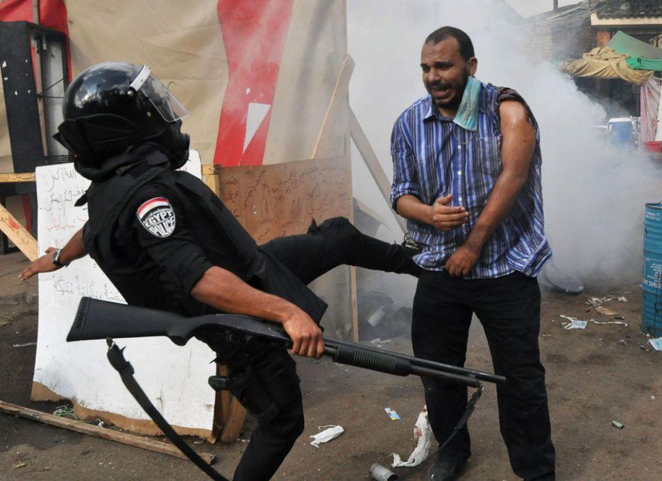 egyptian police kick morsi protestor