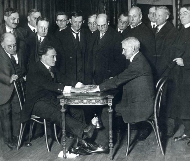 Historical Photos - Houdini spirit trickery