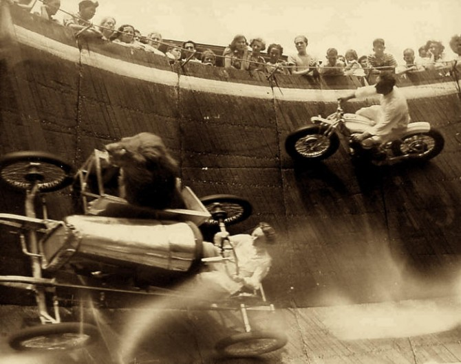 Historical Photos - Lion wall of death