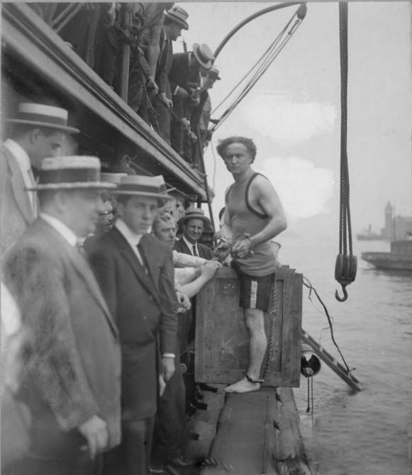 Historyical Photos - Harry Houdini