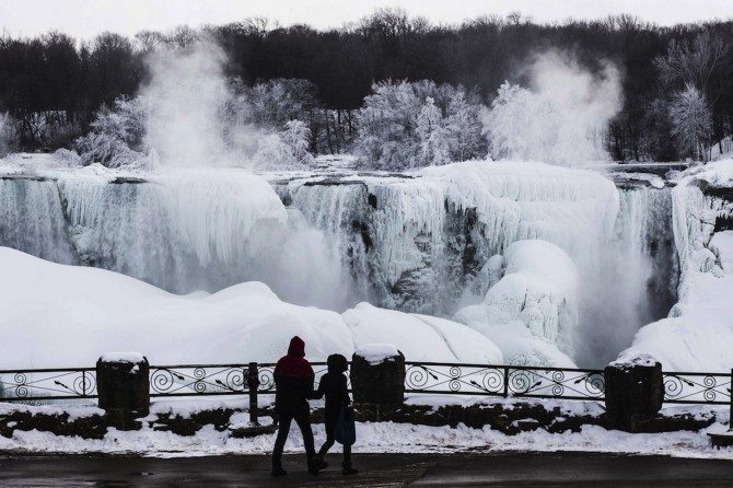 Niagara Falls Frozen - couple