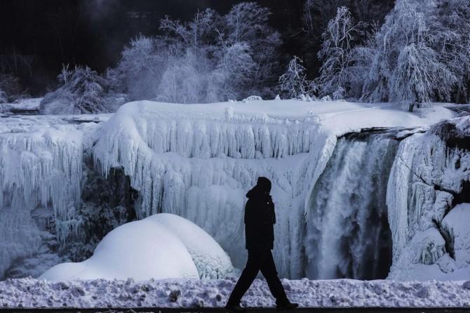 Niagara Falls Frozen - man
