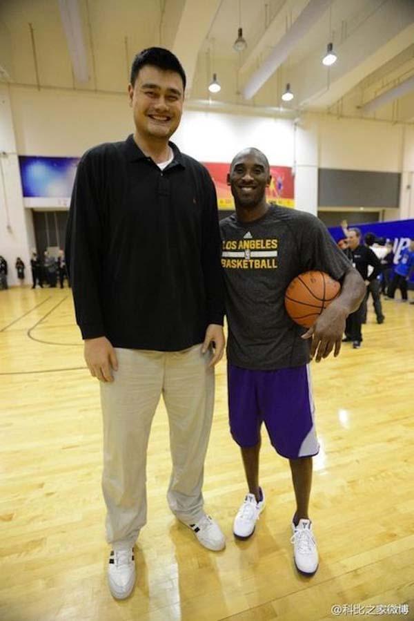 "26 Photos Of 7'6"" Tall Basketball Player Yao Ming Making ..."