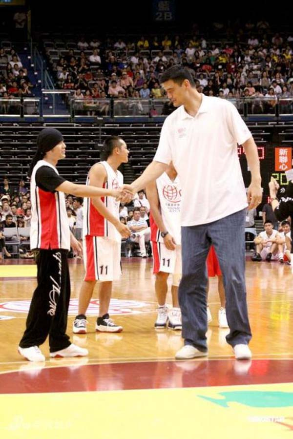 """26 Photos Of 7'6"""" Tall Basketball Player Yao Ming Making Other People Look Tiny – Sick Chirpse"""