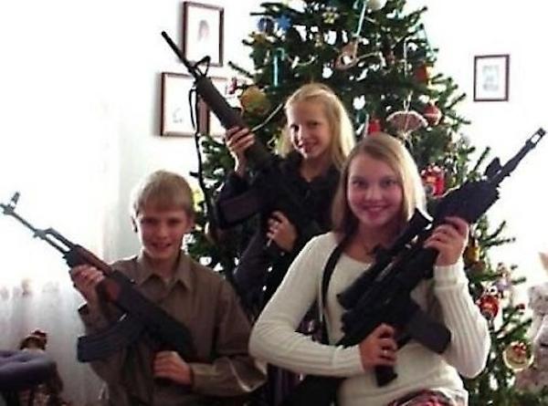 Awkward Christmas Family Photographs 9