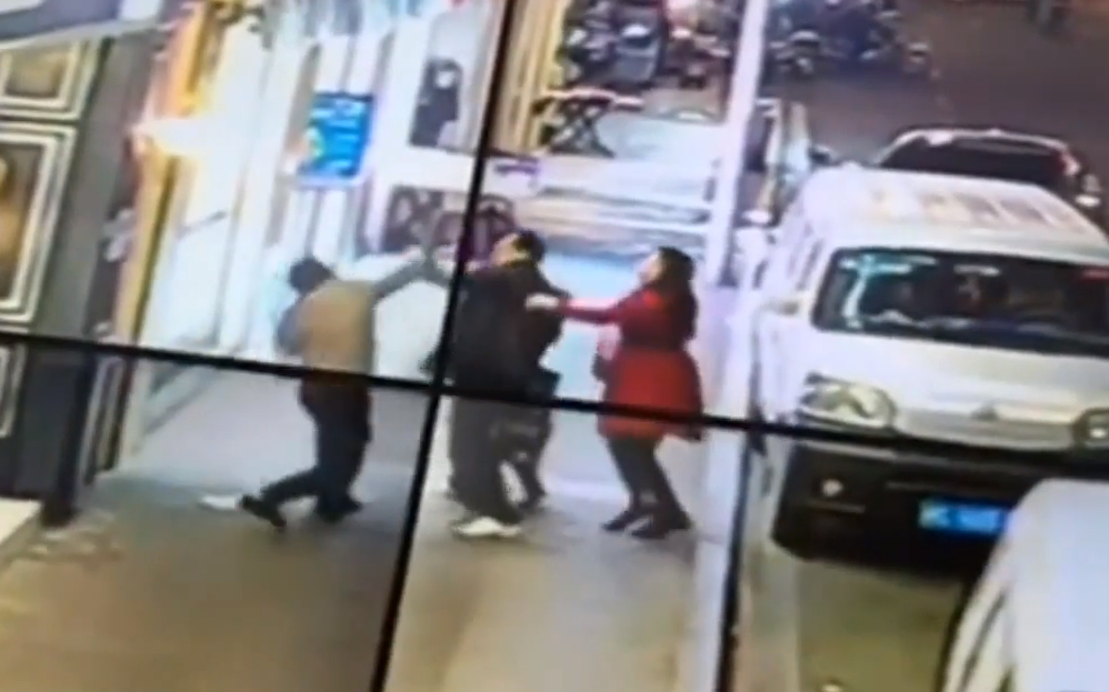 Mentally Ill Chinese Man Stabbing People Face