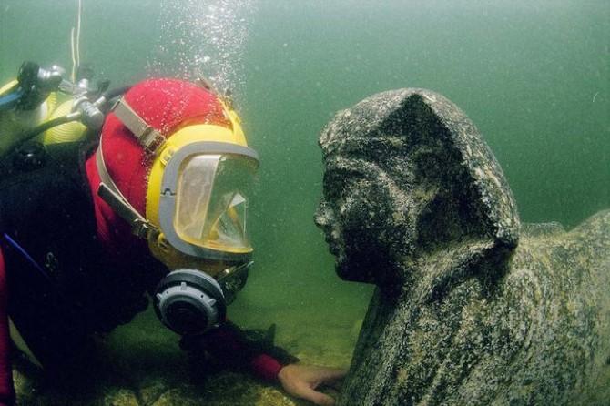 Franck Goddio - Statue and Diver