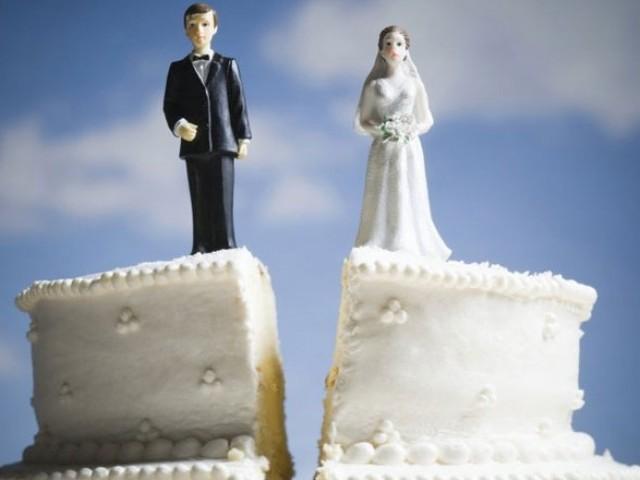 Bridge And Groom Wedding Cake