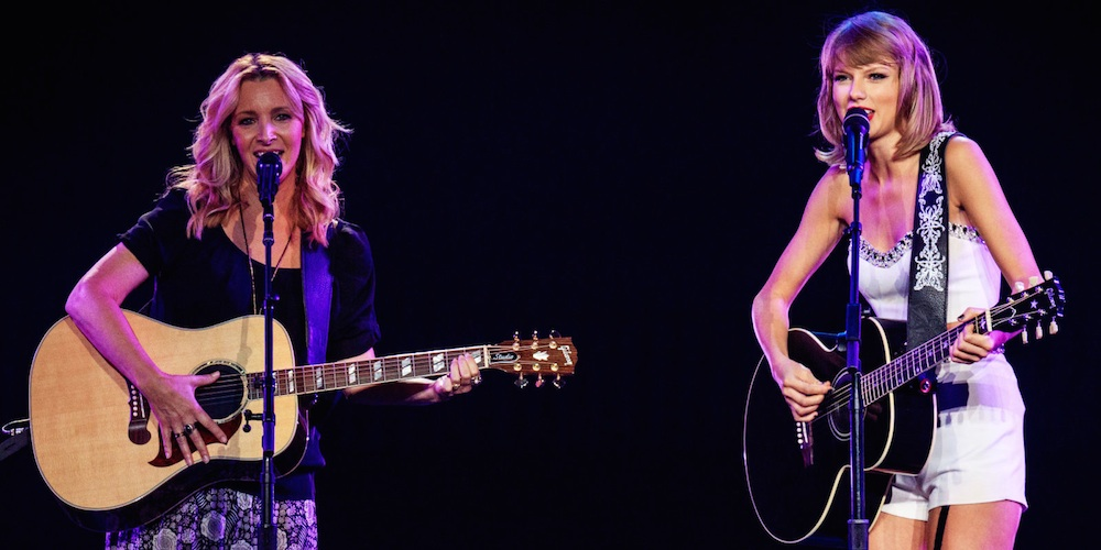 Taylor Swift Lisa Kudrow On Stage