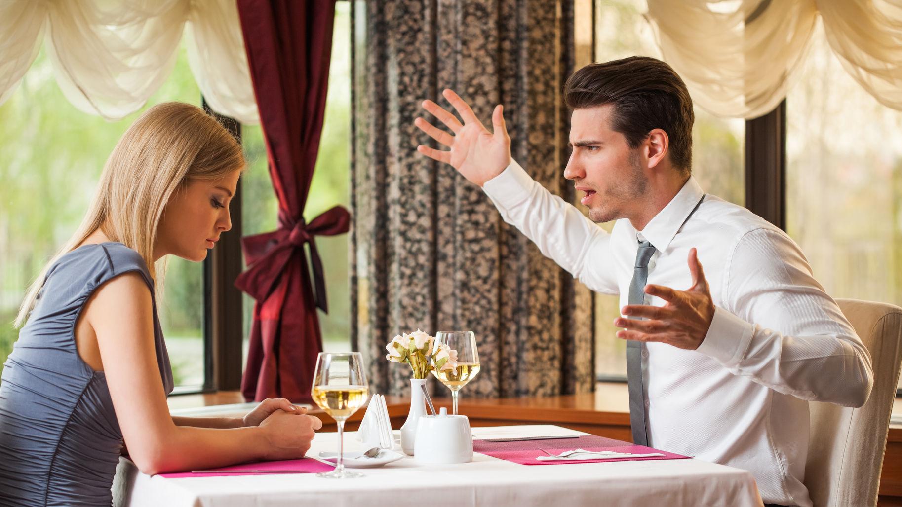 Man fight woman restaurant