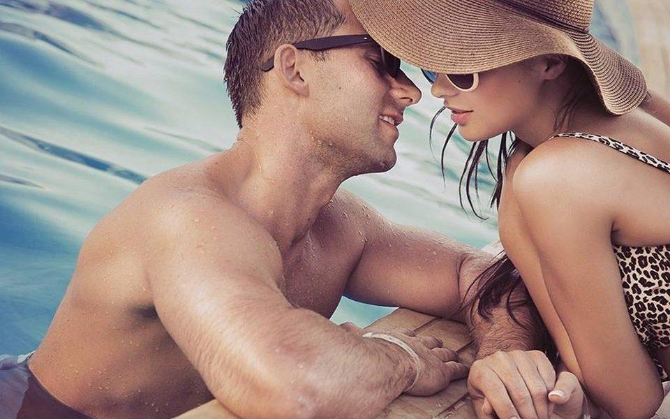 Секс девушки и мужика возле бассейна картинки