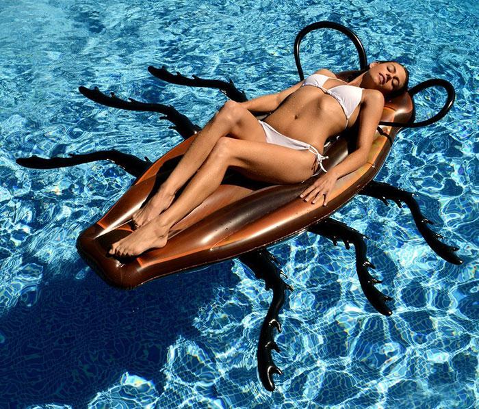 gigantic-cockroach-raft-inflatable-pool-float-kangaroo-4
