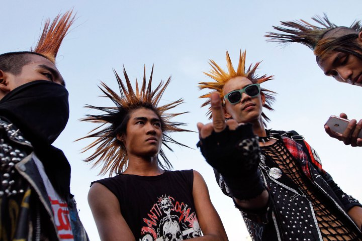 Young men attend a punk show during the water festival at a music bar in Yangon April 11, 2012. Myanmar celebrates the New Year Water Festival of Thingyan during the month of Tagu, which usually falls around mid-April. Picture taken Aril 11, 2012. REUTERS/Minzayar (MYANMAR - Tags: SOCIETY TPX IMAGES OF THE DAY) TEMPLATE OUT - RTR30N46