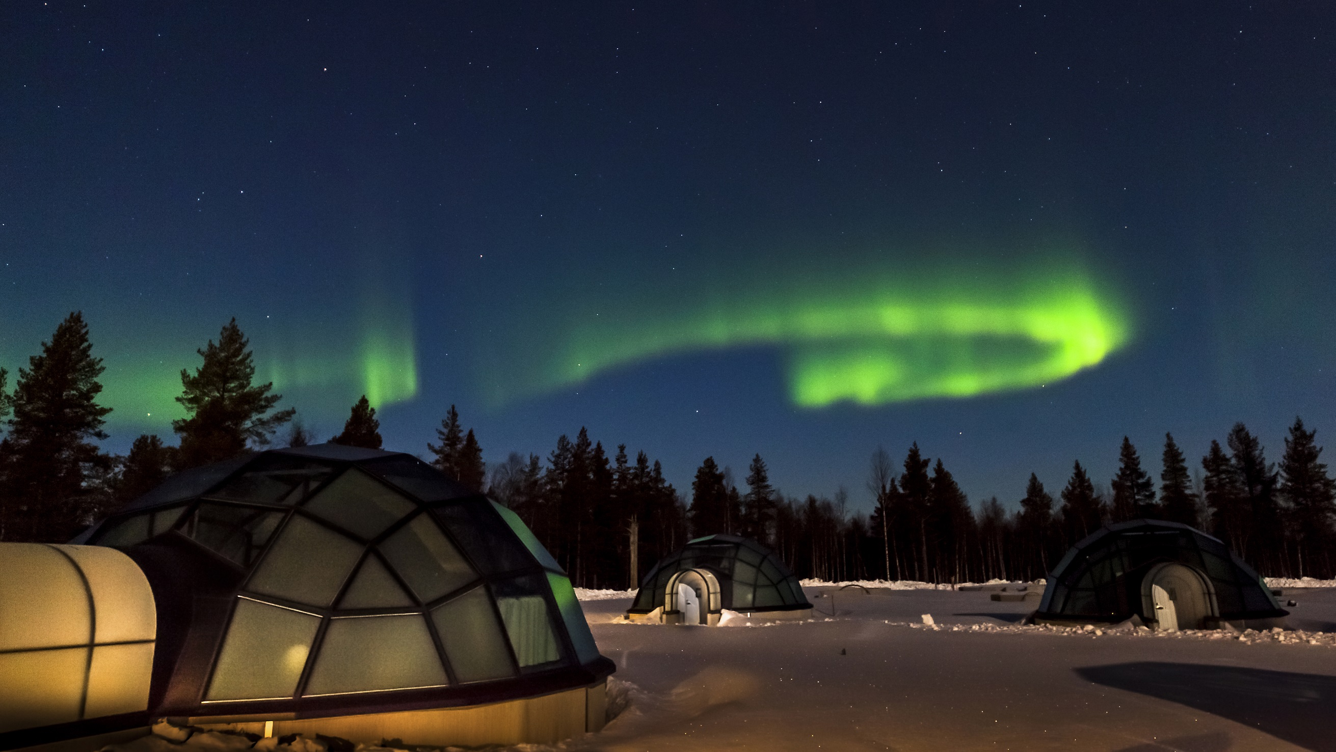 northern-lights-igloo