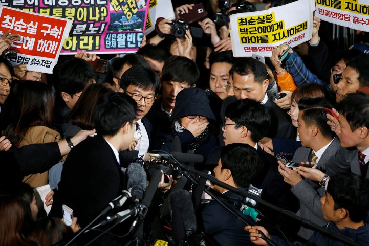 Choi Soon-sil swamped by reporters in Seoul