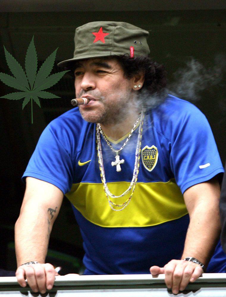 """BAS 01 - BUENOS AIRES (ARGENTINA), 20/04/07.- Foto de marzo de 2007 del ex jugador de Diego Armando Maradona mientras observa un partido de f˙tbol, desde su palco en el estadio de la Bombonera, en Buenos Aires. Seg˙n dijo el mÈdico personal de Maradona, Alfredo Cahe, el ex futbolista """"est· tomando conciencia de la gravedad de su cuadro"""" y que """"la semana prÛxima ser· derivado a una clÌnica psiqui·trica"""" para completar su tratamiento. Maradona se encuentra ingresado desde el viernes pasado en el sanatorio De los Arcos, de Buenos Aires, por una recaÌda tras sufrir una hepatitis tÛxica abguda por el consumo de alcohol que lo mantuvo internado durante 13 dÌas en otro centro asistencial. EFE/CÈzaro De Luca"""